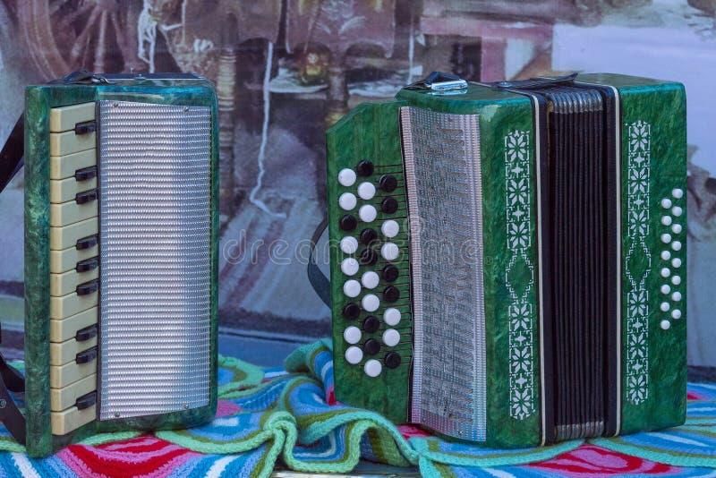 Bayan und Akkordeongrün auf dem Tisch stockfoto