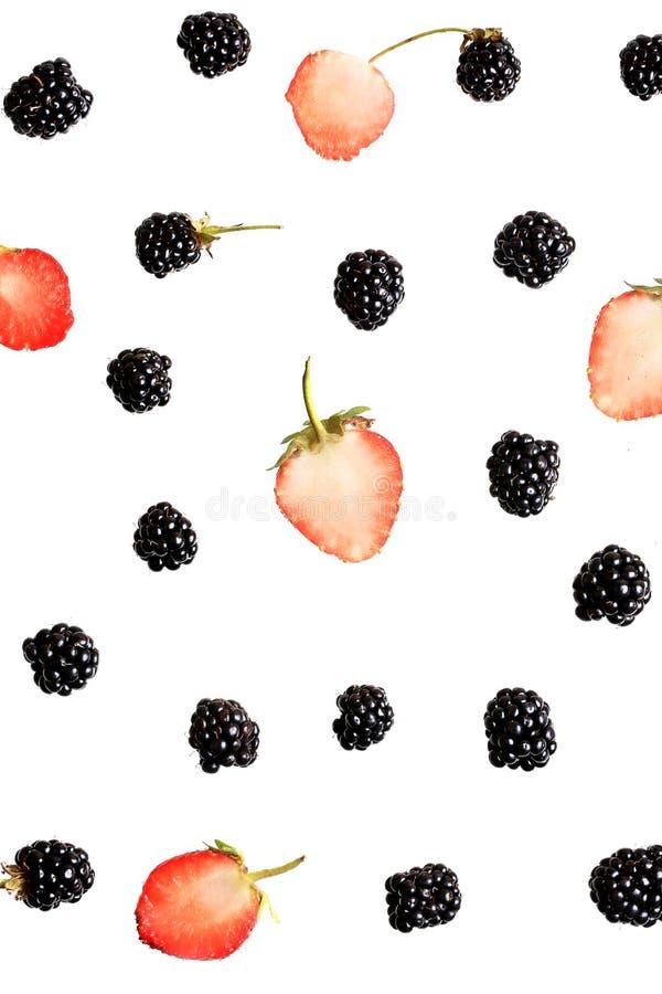 Bayas de Blackberry y de la fresa en una opinión superior del fondo blanco de un modelo fresco de las bayas del verano plano del  imagen de archivo libre de regalías