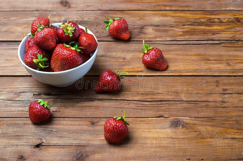 Bayas de fresas maduras en una tabla de madera, espacio libre imagen de archivo libre de regalías