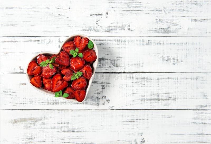 Bayas de madera de las frutas de la comida del fondo del corazón de las fresas imagen de archivo