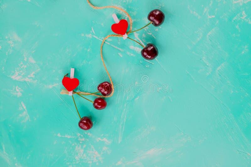 Bayas del verano con el perno rojo de los corazones como símbolo de la tarjeta del día de San Valentín y del amor Fruta fresca de imagen de archivo