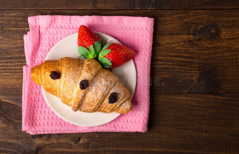 Bayas maduras del desayuno delicioso de los cruasanes fotos de archivo