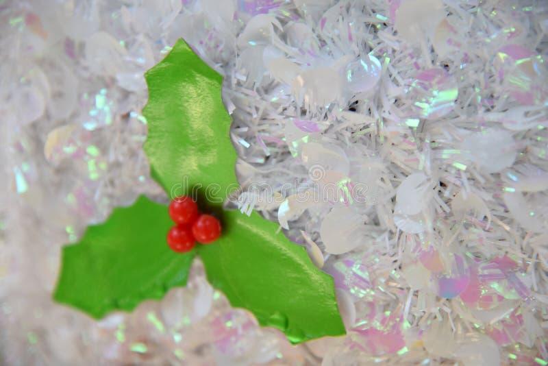 Bayas rojas artificiales con la decoración verde de las hojas imagenes de archivo