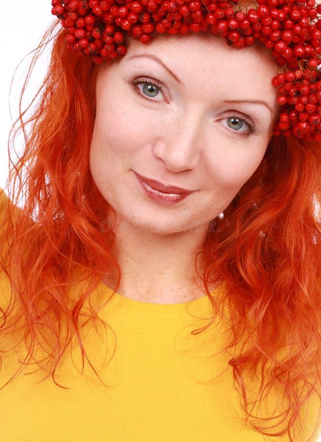 Bayas rojas de la mujer de la belleza en su cabeza imágenes de archivo libres de regalías