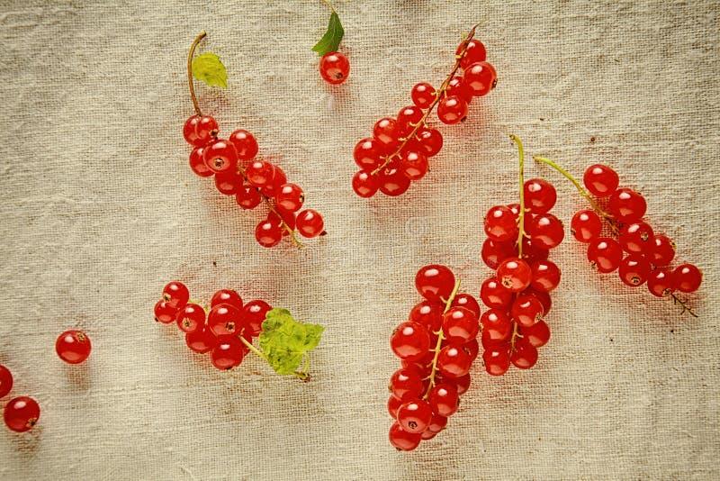 Bayas rojas maduras frescas en el paño del vintage fotos de archivo