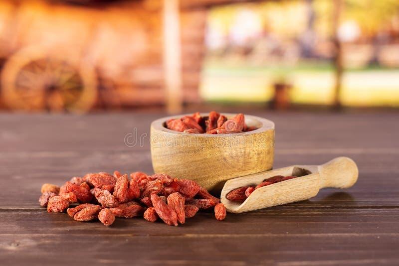 Bayas rojas secadas del goji con el carro imagen de archivo libre de regalías