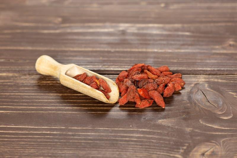 Bayas rojas secadas del goji en la madera marrón imágenes de archivo libres de regalías