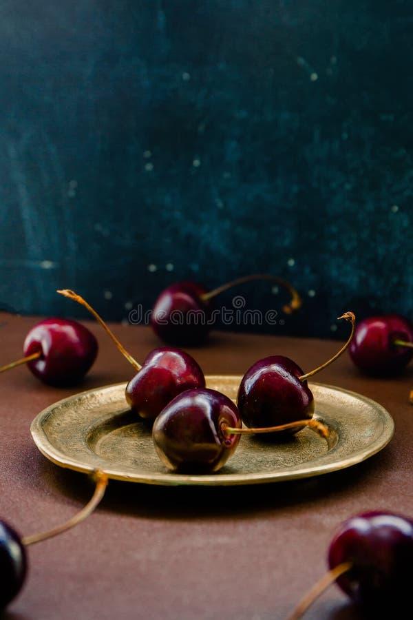 Bayas sabrosas maduras de un primer de la cereza dulce Todavía vida, preparación para hacer publicidad del jugo natural Copie el  foto de archivo libre de regalías