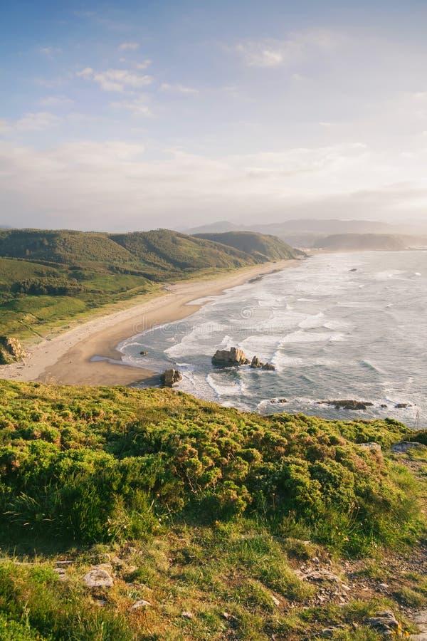 Bayas-Strand in der Nordküste von Asturien, Spanien lizenzfreie stockfotografie