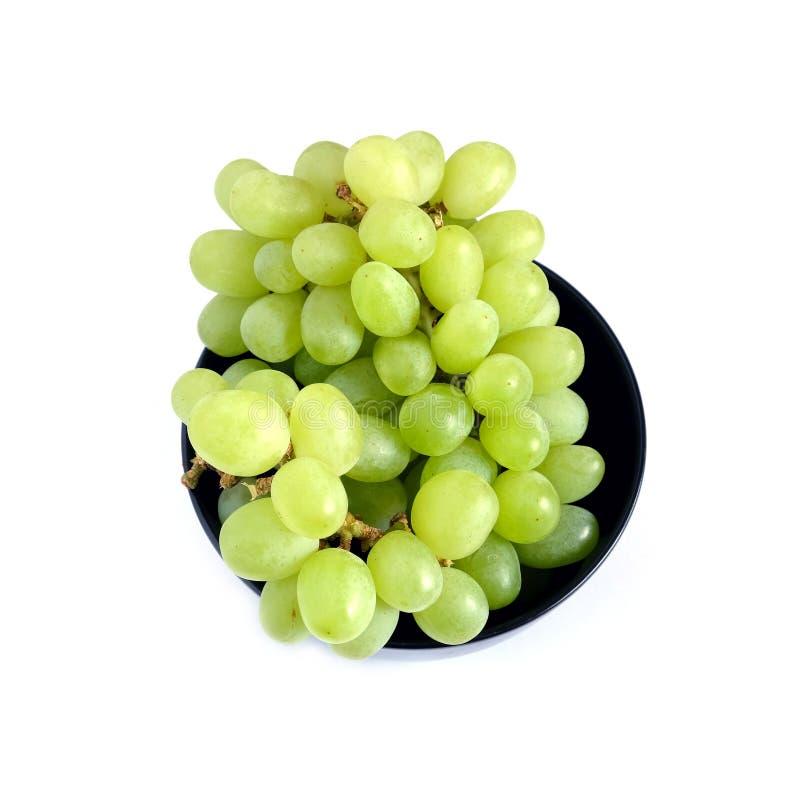 Bayas verdes maduras de la uva en la opinión superior del cuenco redondo negro fotografía de archivo libre de regalías