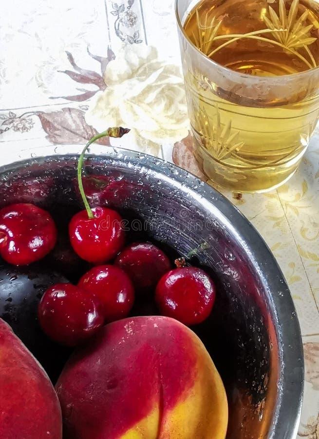 Bayas y frutas maduras frescas del verano, melocotones, albaricoques, cereza y fresa en una placa redonda imagenes de archivo