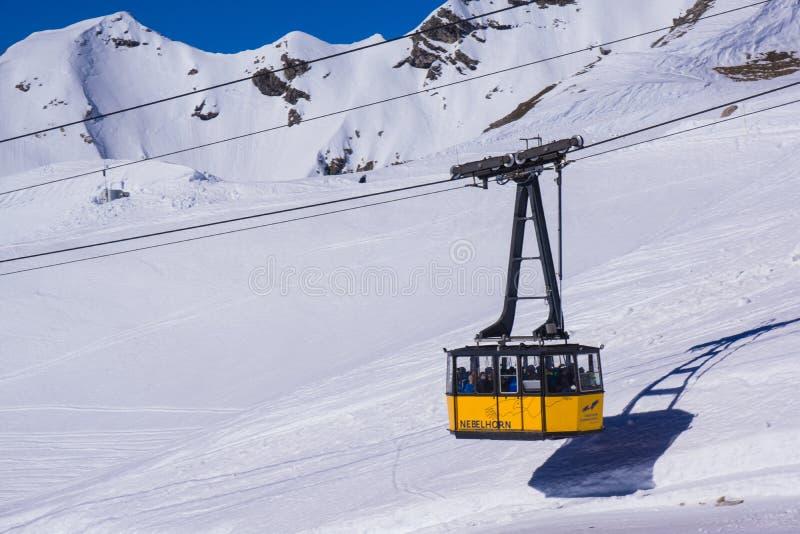 Bayerische Alpengebirgsspitze in der Wintergondel lizenzfreies stockfoto
