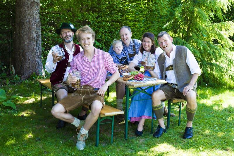 Bayerische Familie im Park stockfotos