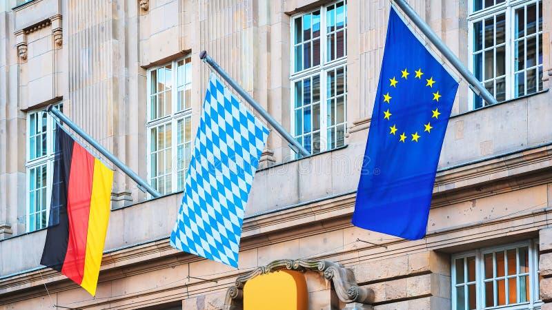 Bayerische Flagge EU und deutsche Flaggen am Gebäude in Berlin stockfotografie