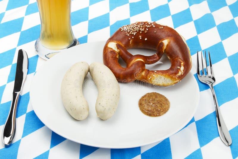 Bayerische Kalbfleischwurst installierte mit Bier von der Oberseite stockfotos