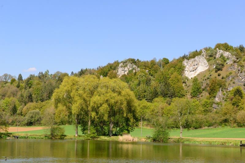 Bayerische Landschaft mit See stockfoto