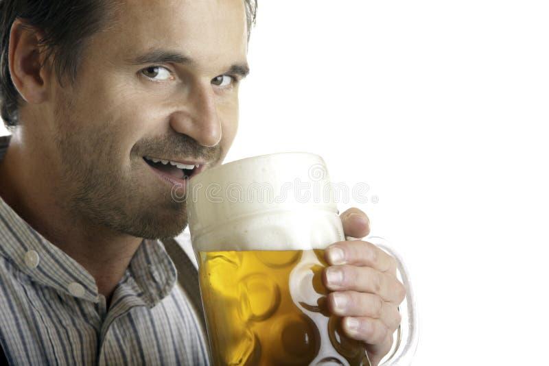 Bayerische Manngetränke aus Oktoberfest Bier Stein heraus lizenzfreies stockbild