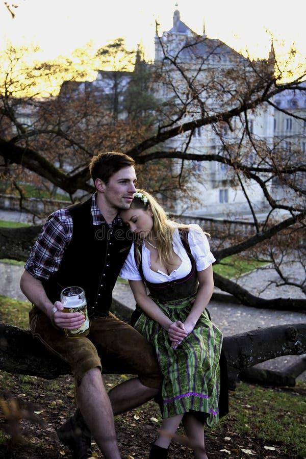 Bayerische Paare auf einem Baum lizenzfreies stockbild