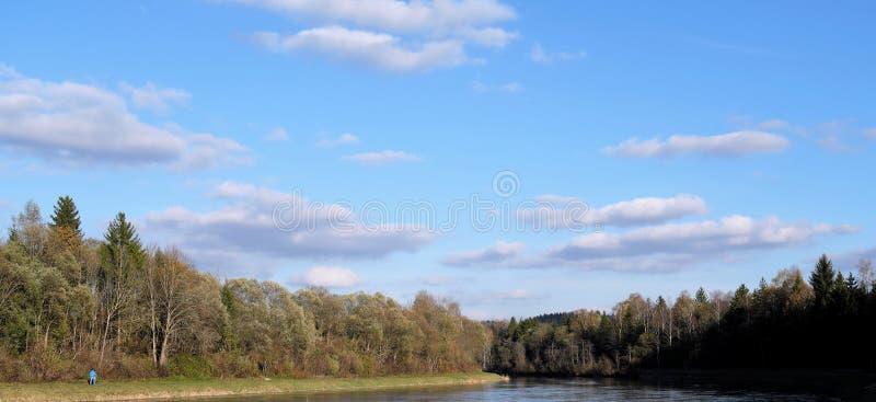 Bayerischer blauer Himmel über Isarkanal bei Icking lizenzfreies stockbild