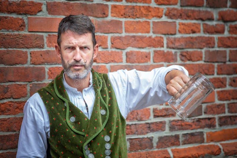Bayerischer Mann, der einen leeren Bierkrug hält stockfotos