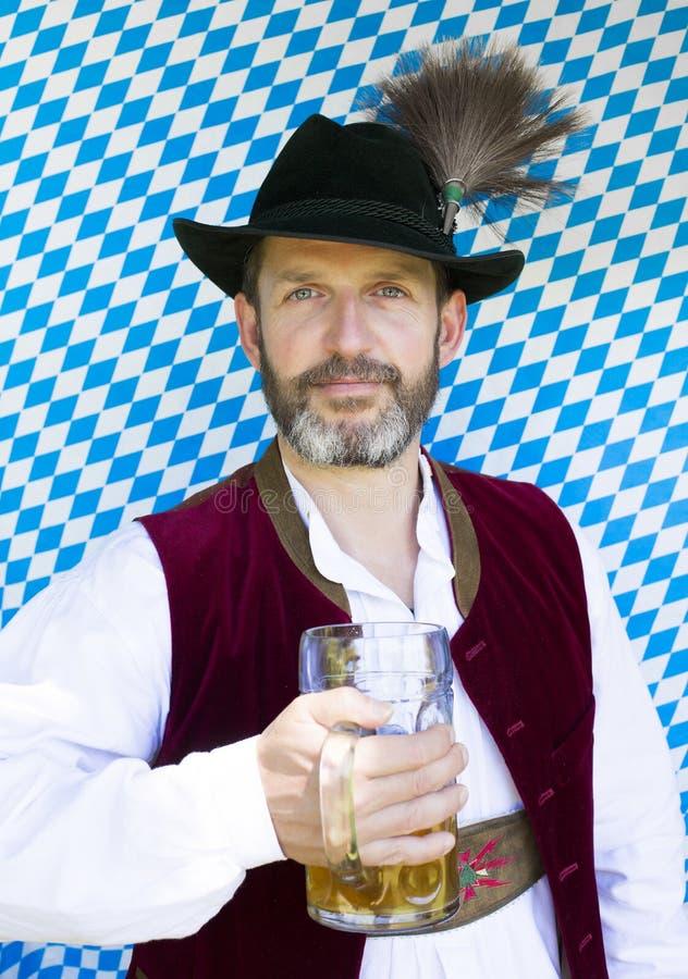 Bayerischer Mann mit dem Bierkrug stockfotos