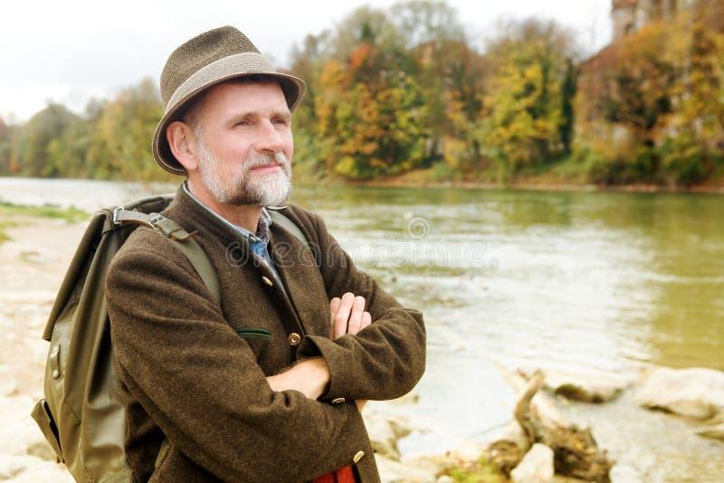 Bayerischer Mann in seinem 50s, das den Fluss bereitsteht stockfotos