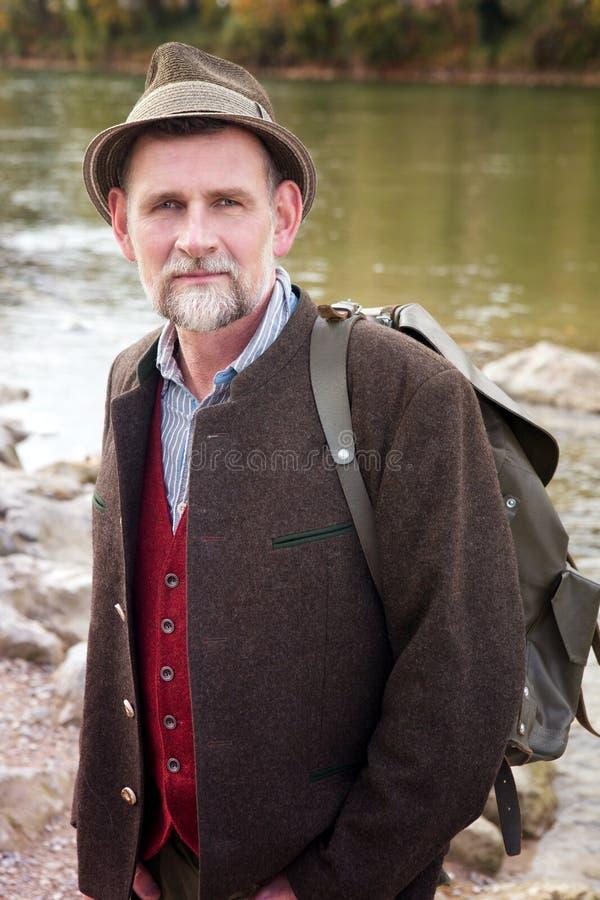 Bayerischer Mann in seinem 50s, das den Fluss bereitsteht stockbilder