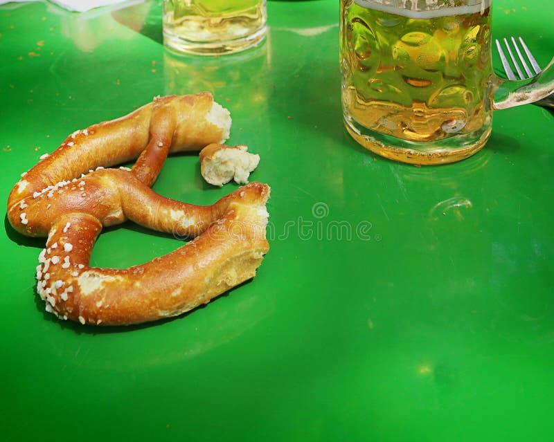 Bayerisches Bier und Brezel am Biergarten stockbild