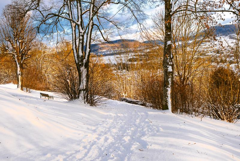 Bayern-snö-täckte kullar för vinter plats i Hersbruck arkivfoto