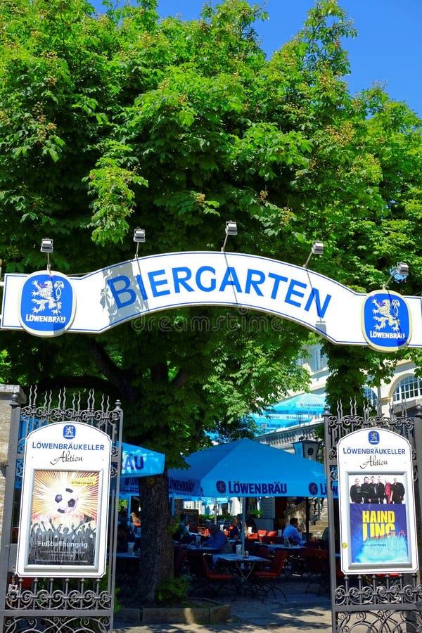 Bayersk ölträdgård Löwenbräu royaltyfri foto