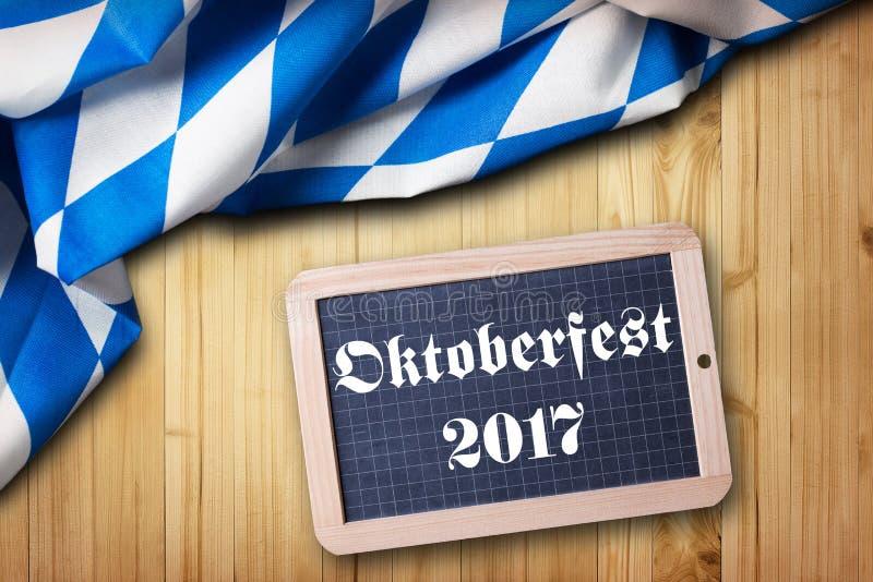 Bayersk bordduk och en svart tavla med den slogan`-Oktoberfest 2017 `en, royaltyfria bilder