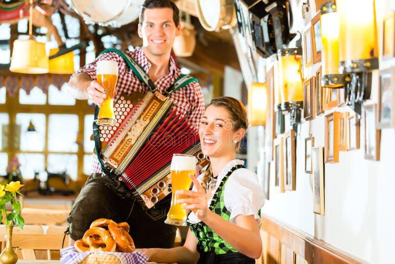 Bayersk restaurang med öl och kringlor royaltyfri fotografi