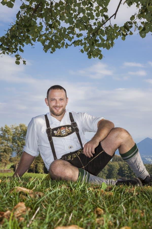Bayersk traditionsman i gräset royaltyfri foto