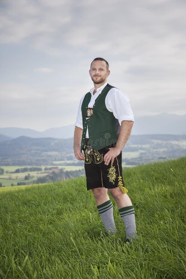 Bayersk traditionsman i gräset arkivfoto