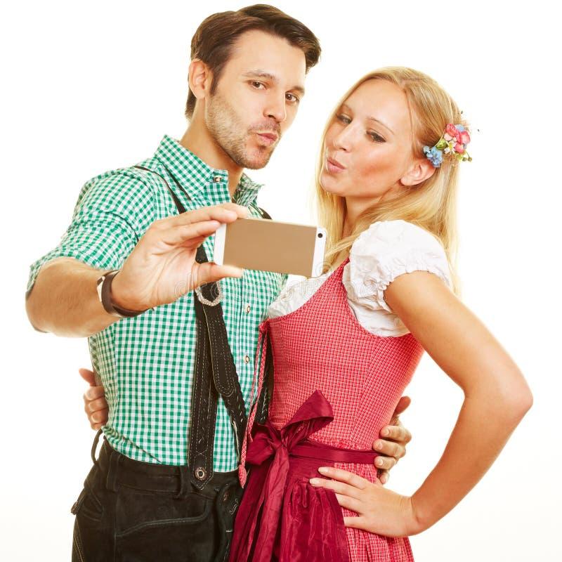 Bayerska par som tar selfie royaltyfria bilder