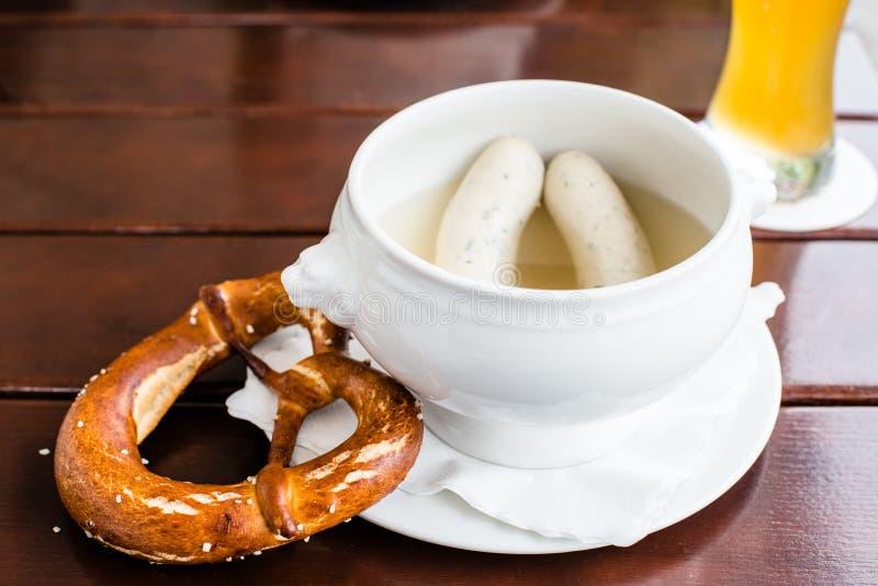 Bayerska Weisswurst, kringla och öl royaltyfri bild
