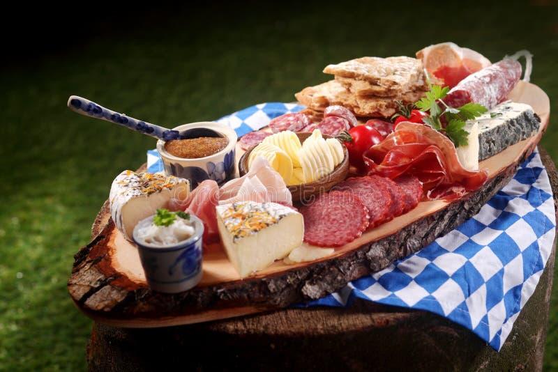 Bayerskt gourmet- kött- och ostuppläggningsfat arkivfoto