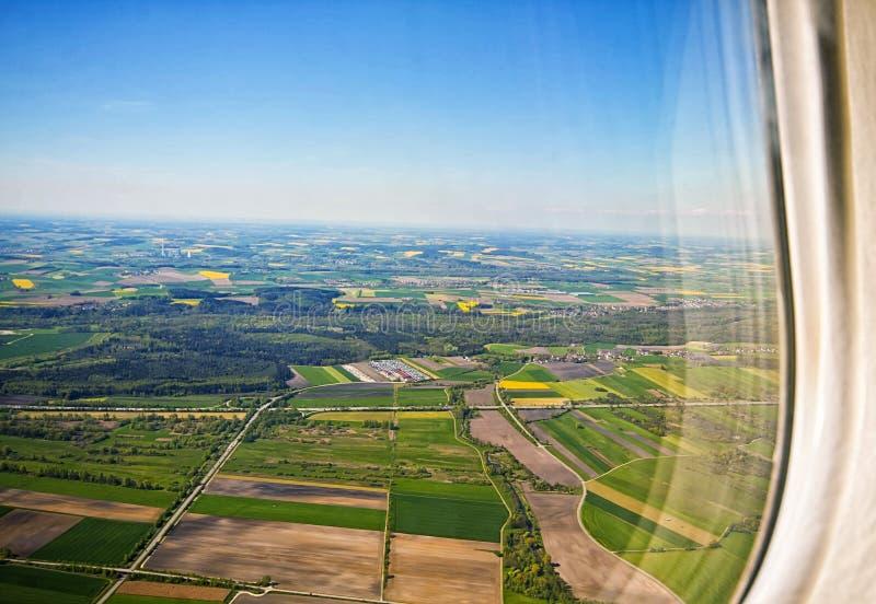 Bayerskt landskap från flygplanfönster arkivbild
