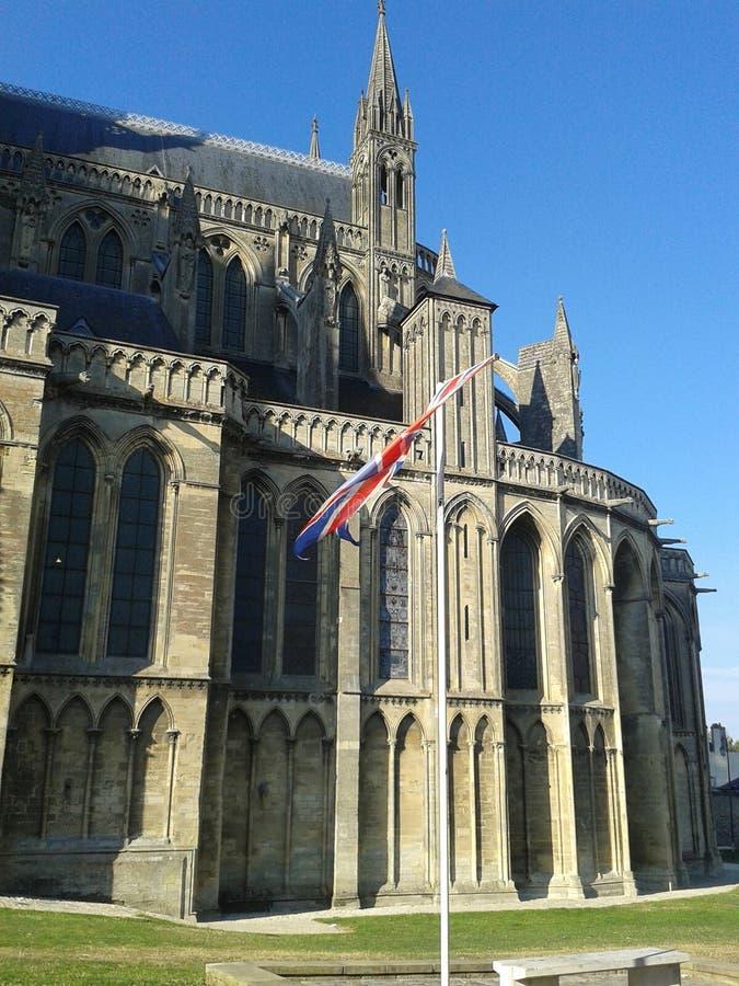 Bayeux-Kathedrale mit Steckfassungsverbandsflagge lizenzfreie stockbilder