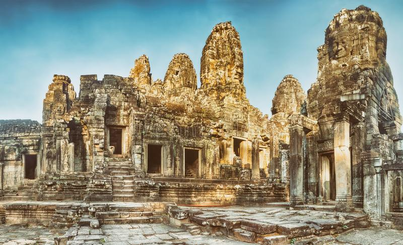 Bayon tempel i Angkor Thom för den cambodia för angkoren skördar banteay lotuses laken siemsreytempelet cambodia arkivfoton