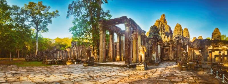 Bayon tempel i Angkor Thom för den cambodia för angkoren skördar banteay lotuses laken siemsreytempelet cambodia panorama royaltyfri foto