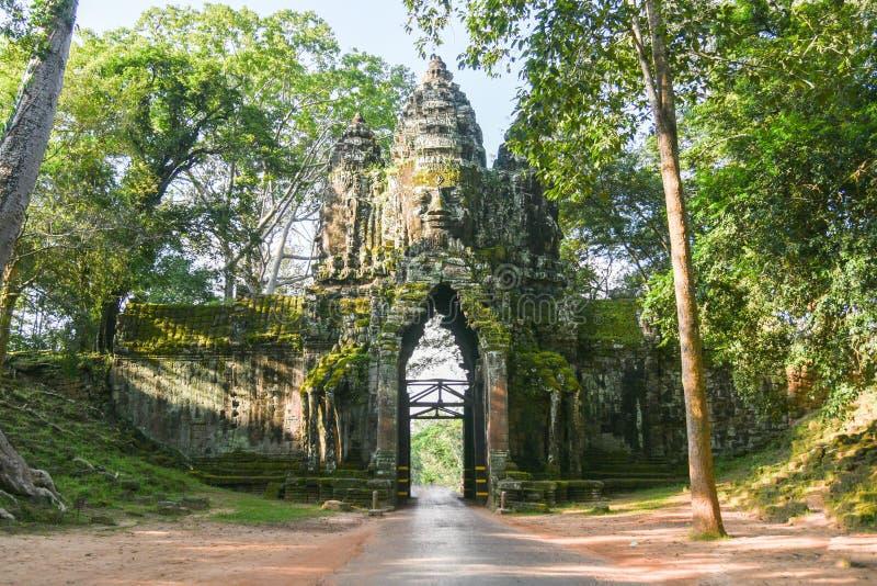 Bayon tempelingång, Angkor Thom port, Siem Reap, Cambodja Stenport av Angkor Thom i Cambodja arkivfoto