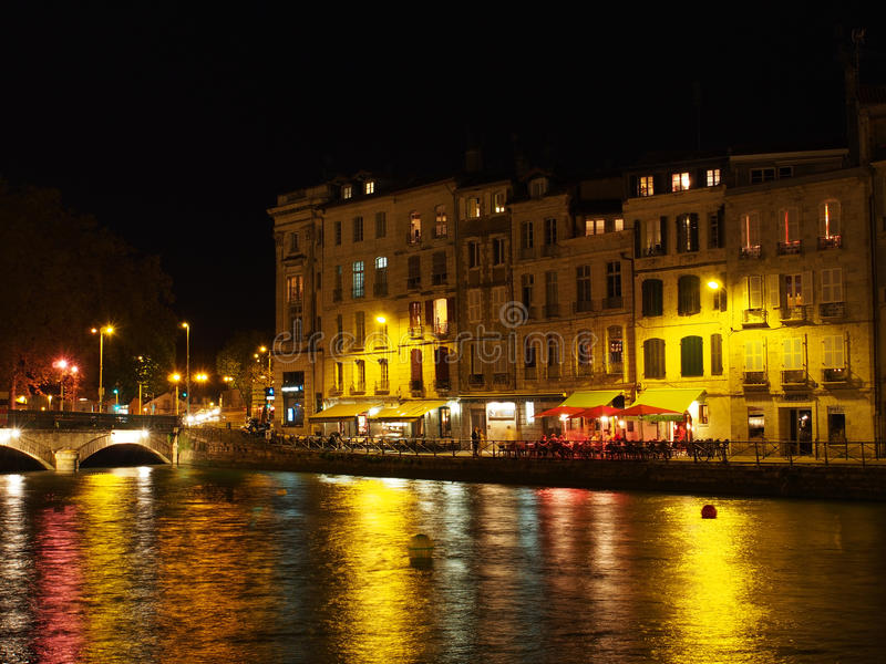 Bayona, octubre de 2013, orilla en la noche, Francia de Nive imagen de archivo libre de regalías