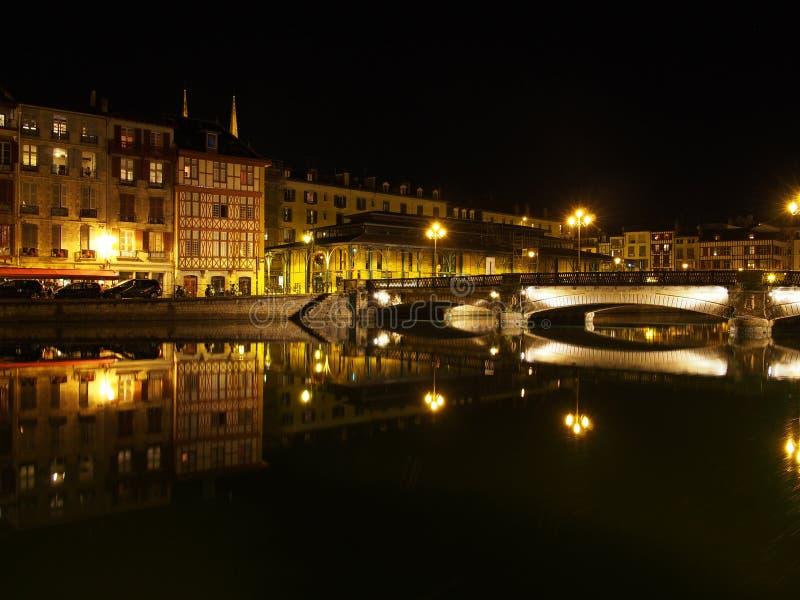 Bayona, orilla en la noche, Francia de Nive imágenes de archivo libres de regalías