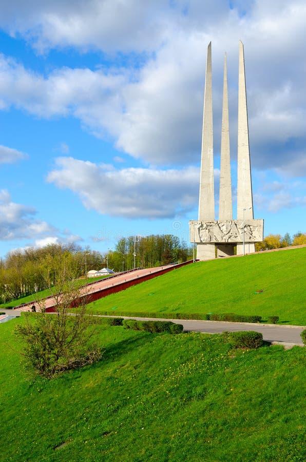 Bayonetas conmemorativas del complejo tres, visión desde el terraplén del río de Zapadnaya Dvina, Vitebsk, Bielorrusia fotos de archivo libres de regalías