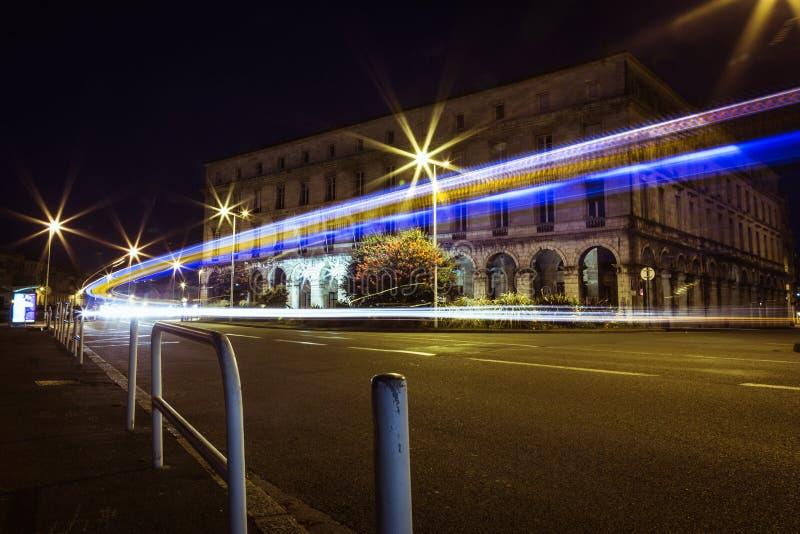 Bayonne Mairie samochodu światło wlec przy nocą, Francja obraz royalty free