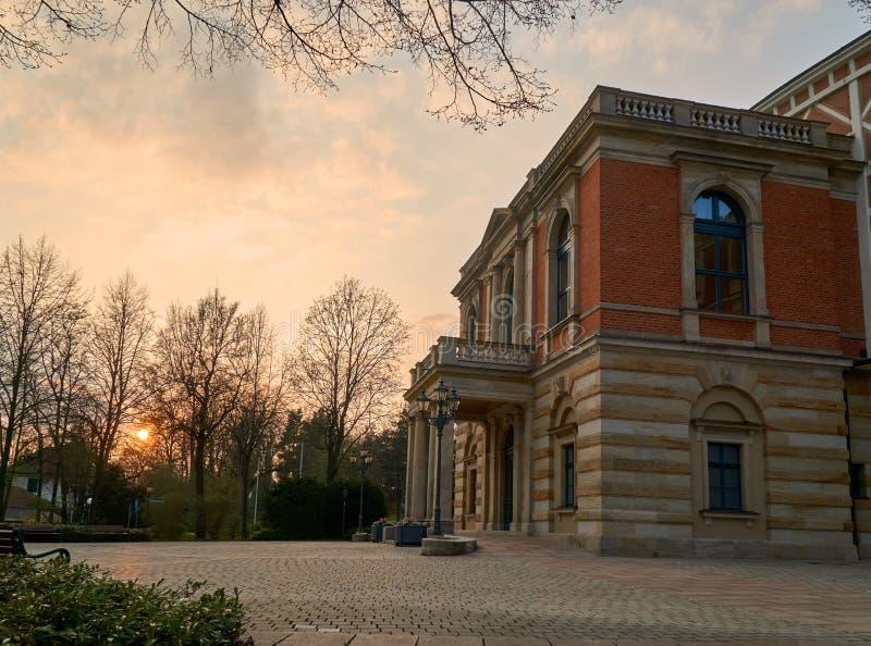 Bayreuth Wagner Festival Theatre i solnedgången royaltyfri foto