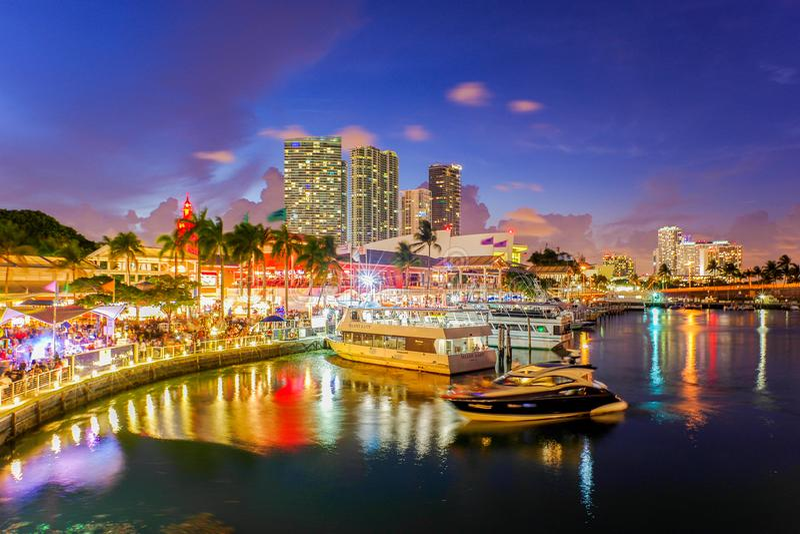 Bayside marknadsplats på skymning i Miami Florida arkivbilder