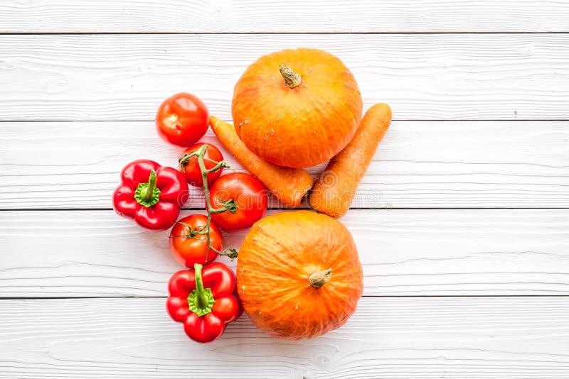 Baza zdrowa dieta Warzywa banie, papryka, pomidory, marchewka na białym drewnianym tło odgórnego widoku copyspace zdjęcie stock