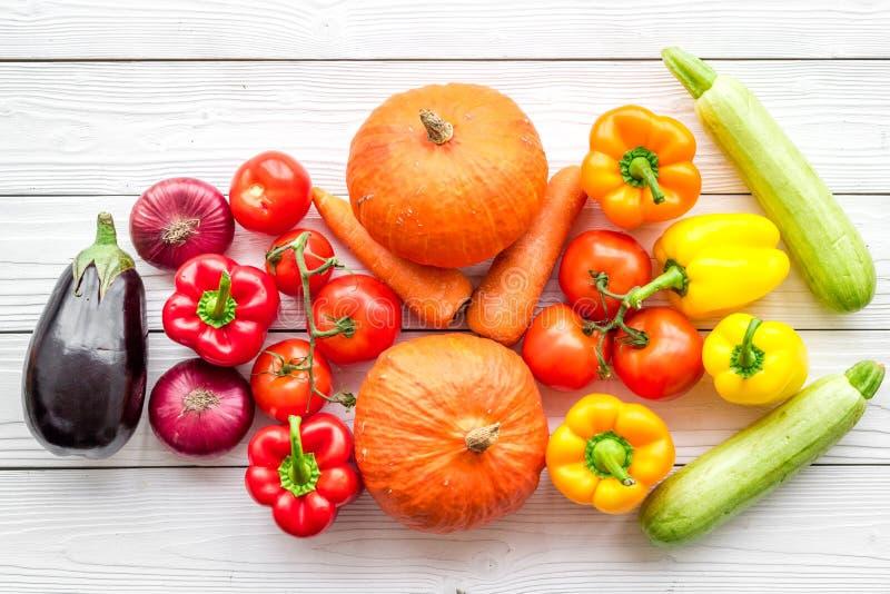 Baza zdrowa dieta Warzywa banie, papryka, pomidory, marchewka, zucchini, oberżyna na białym drewnianym tło wierzchołku obrazy royalty free